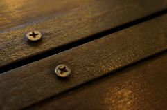 Parafuso velho parafusado na folha de metal e na prancha de madeira imagem de stock royalty free