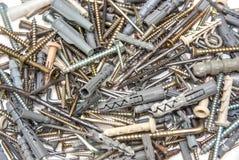 Parafusos com os passadores plásticos isolados Imagem de Stock