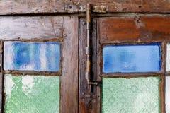 Parafusos com a porta de madeira do vintage Imagem de Stock Royalty Free