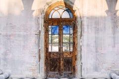 Parafusos com a porta de madeira do vintage Fotografia de Stock