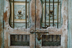 Parafusos com a porta de madeira do vintage Fotos de Stock Royalty Free