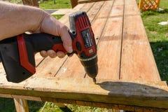 Parafusos da pessoa com chave de fenda sem corda - detalhe Foto de Stock Royalty Free