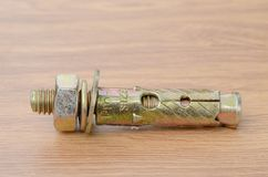 Parafusos de âncora da luva em uma superfície de madeira do banco de trabalho imagens de stock royalty free