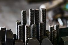 Parafusos de fixação do parafuso de montagem do dispositivo bonde da tabela do CNC Bridgeport fotos de stock royalty free