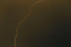 Parafusos de relâmpago contra o contexto de um nuvem tempestuosa Foto de Stock