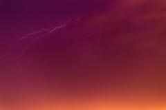 Parafusos de relâmpago contra o contexto de um nuvem tempestuosa Fotos de Stock