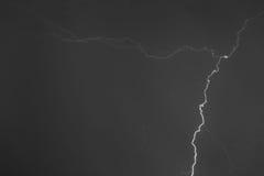 Parafusos de relâmpago contra o contexto de um nuvem tempestuosa Imagens de Stock