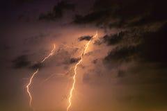Parafusos de relâmpago contra o contexto de um nuvem tempestuosa Fotografia de Stock