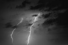 Parafusos de relâmpago contra o contexto de um nuvem tempestuosa Fotos de Stock Royalty Free
