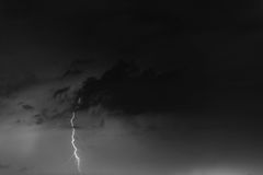 Parafusos de relâmpago contra o contexto de um nuvem tempestuosa Imagens de Stock Royalty Free