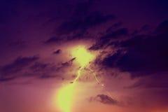 Parafusos de relâmpago contra o contexto de um nuvem tempestuosa Fotografia de Stock Royalty Free