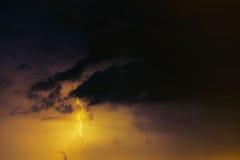 Parafusos de relâmpago contra o contexto de um nuvem tempestuosa Imagem de Stock