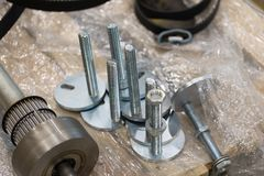 Parafusos e ferramentas novos de metal para a produção imagens de stock