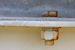 Parafusos oxidados velhos e porcas de aço. Aperte a porca para a construção Fotos de Stock