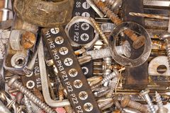 Parafusos, pregos e ferramentas oxidados imagem de stock