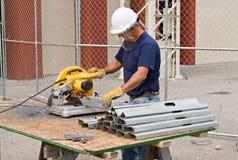 Parafusos prisioneiros do metal da estaca do trabalhador Fotografia de Stock
