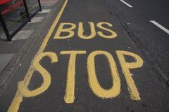 Paragem do autocarro amarelo Fotografia de Stock Royalty Free