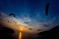 Paraglide现出轮廓在海上的飞行 免版税库存照片
