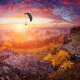 Paraglide σε έναν ουρανό επάνω από τη misty κοιλάδα Στοκ Εικόνες