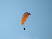 Paraglide anaranjado Fotografía de archivo libre de regalías