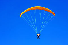 Paraglide couple Royalty Free Stock Photography