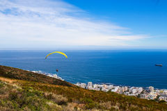 Paraglide dalla collina del segnale sopra Cape Town Immagine Stock Libera da Diritti