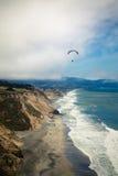 Paraglide de la costa Imágenes de archivo libres de regalías