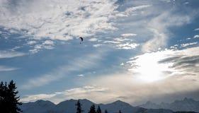 Paraglide di tramonto VI sopra le alpi di inverno Fotografia Stock