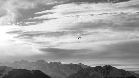 Paraglide di tramonto VI sopra le alpi di inverno Fotografia Stock Libera da Diritti