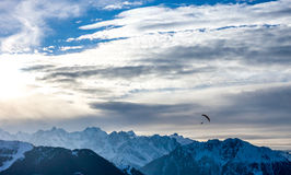Paraglide di tramonto VI sopra le alpi di inverno Fotografie Stock Libere da Diritti