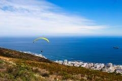 Paraglide do monte do sinal sobre Cape Town Imagem de Stock Royalty Free