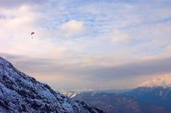 Paraglide nas montanhas imagens de stock