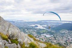 Paraglider över Bergen Arkivfoto