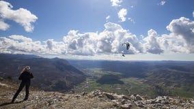 Paraglider över den Vipava dalen arkivbilder