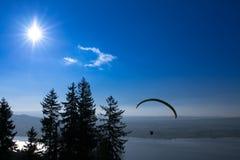 Paraglider över den Zug staden, Zugerseen och de schweiziska fjällängarna Royaltyfri Foto