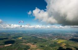 Paraglider över engelsk landssida arkivbild