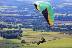 Paraglider över fält Royaltyfri Foto