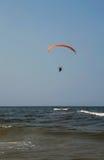 Paraglider över havet Royaltyfri Bild