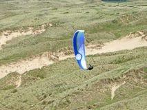 Paraglider acima das dunas de areia Imagem de Stock