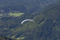Paraglider acima dos cumes do austríaco fotos de stock royalty free