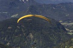 Paraglider acima dos cumes do austríaco imagens de stock royalty free