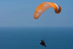 Paraglider alaranjado em Torrey Pines Gliderport em La Jolla Fotografia de Stock Royalty Free