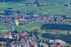 Paraglider bierze daleko Pfonten w Bavaria Niemcy. Obrazy Stock