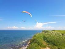 Paraglider blisko falezy wzdłuż morze bałtyckie linii brzegowej obraz stock