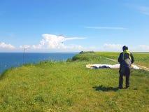 Paraglider blisko falezy wzdłuż morze bałtyckie linii brzegowej zdjęcie stock