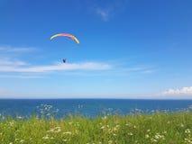 Paraglider blisko falezy wzdłuż morze bałtyckie linii brzegowej obraz royalty free