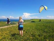 Paraglider blisko falezy wzdłuż morze bałtyckie linii brzegowej obrazy stock