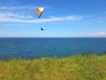 Paraglider blisko falezy wzdłuż morze bałtyckie linii brzegowej obrazy royalty free