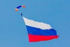 Paraglider com uma bandeira do russo Foto de Stock Royalty Free