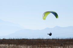 Paraglider de cruzamento Imagens de Stock Royalty Free